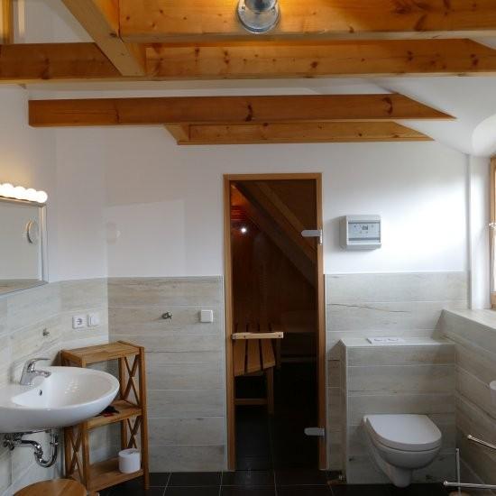 Holiday house »Haus anno 1750« - Das Bad im Dachgeschoss mit Sauna