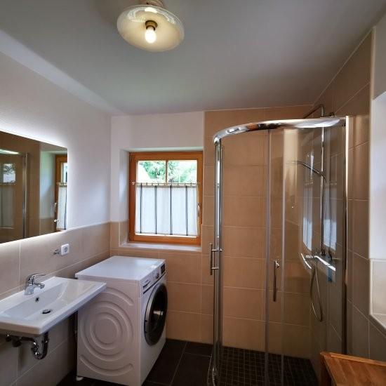 Ferienhaus »Haus anno 1750« - Bad im EG mit Waschmaschine und Dusche
